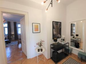 TV a/nebo společenská místnost v ubytování Stylish Design Apartment near City Centre
