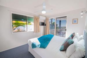 A bed or beds in a room at Airlie Apartments