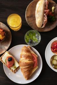Opções de café da manhã disponíveis para hóspedes em Quentin Amsterdam Hotel