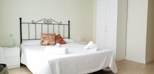 A bed or beds in a room at Apartamentos-Bermeo