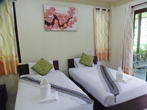 Een bed of bedden in een kamer bij Pai My Guest Resort