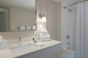 A bathroom at Four Points by Sheraton Orlando International Drive