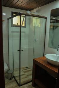 A bathroom at Caraguata Pousada