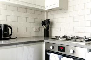 A kitchen or kitchenette at Cozy Apartment Near Alexandra Palace