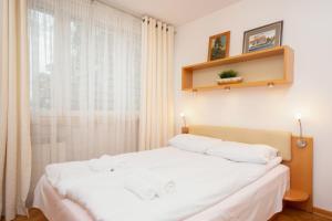 Postel nebo postele na pokoji v ubytování Apartments Warsaw Esperanto by Renters