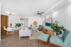 A seating area at Horizons Holiday Apartments