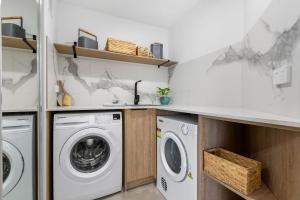 A kitchen or kitchenette at Horizons Holiday Apartments