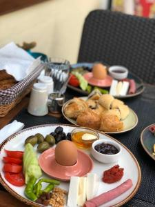 Breakfast options available to guests at Queen Bee Hotel
