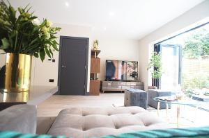 A seating area at luxury 4 double bedroom boutique home