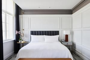 A bed or beds in a room at London Marriott Hotel County Hall