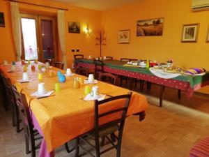 Um restaurante ou outro lugar para comer em Piane Del Bagno