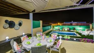 A restaurant or other place to eat at Villa Amatista Salinas Golf & Beach