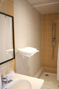 A bathroom at Orly Superior Hotel