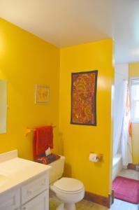 A bathroom at Yellow Door Bed and Breakfast