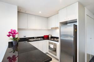 A kitchen or kitchenette at Pyrmont Modern Jones Bay Apartments
