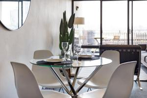 A restaurant or other place to eat at Pyrmont Modern Jones Bay Apartments