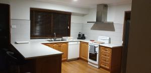 A kitchen or kitchenette at The Golf Getaway