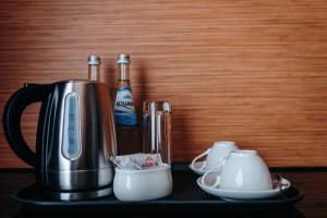 Comodidades para preparar café e chá em Bayil Breeze Hotel & Restaurant