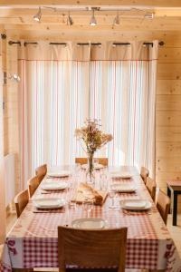 A restaurant or other place to eat at Le Chalet de Pol