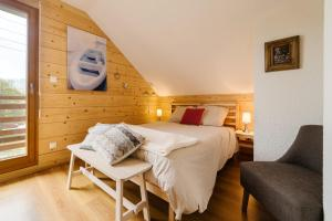 A bed or beds in a room at Le Chalet de Pol