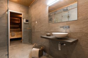 Ein Badezimmer in der Unterkunft Swiss Chalet-Style Hotel Walliser Spycher