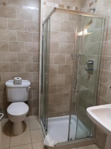 A bathroom at O'Neills Victorian Pub & Townhouse