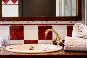 A bathroom at Hostal Aznaitin