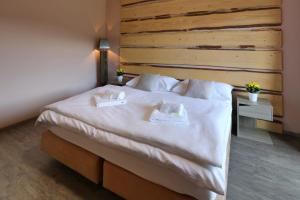 A bed or beds in a room at Hotel Obzor