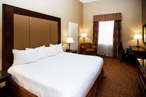 A bed or beds in a room at Heritage Hills Golf Resort & Conference Center