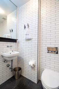 A bathroom at Pod 39