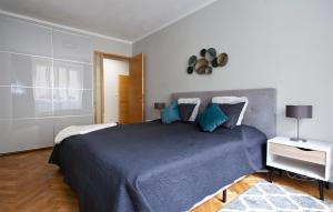 Een bed of bedden in een kamer bij Close to city centre - Hillside apartment 11