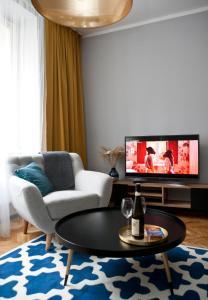 Een zitgedeelte bij Close to city centre - Hillside apartment 11