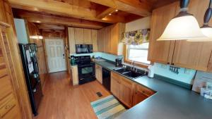 A kitchen or kitchenette at Bullwinkle Inn