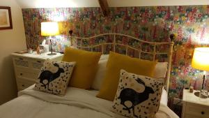 A bed or beds in a room at Keepers Cottage B&B