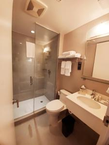 A bathroom at Fairfield Inn & Suites By Marriott New York Brooklyn