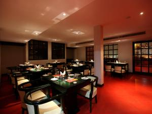 A restaurant or other place to eat at Airport Hotel Waves Mahipalpur