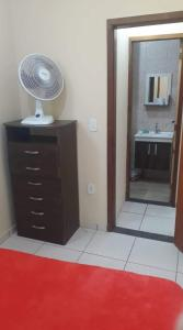 A kitchen or kitchenette at Jasmim Apê Quartos Privativos Arraial do cabo