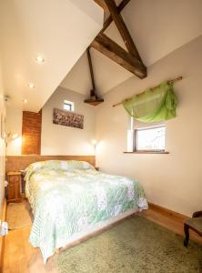 A bed or beds in a room at Brecks Cottage Bed and Breakfast