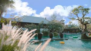 Het zwembad bij of vlak bij Ramayana Resort and Spa