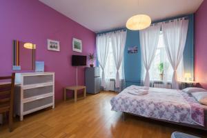 Кровать или кровати в номере Italian Rooms Pio on Griboedova 35