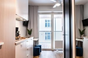 Köök või kööginurk majutusasutuses Thomas' Home - Trendy, Central & Balcony