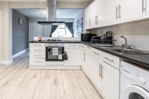 A kitchen or kitchenette at Dartford, Kent - Modern 2Bd 2Bath En-Suite Bungalow M25 Bluewater