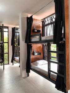 Uma ou mais camas em beliche em um quarto em Dayon Hostel
