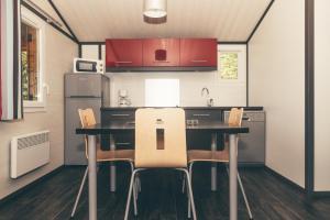 A kitchen or kitchenette at Terres de France - Les Hameaux de Pomette