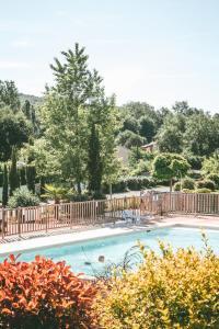 The swimming pool at or near Terres de France - Les Hameaux de Pomette