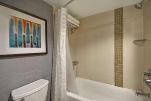 A bathroom at Hyatt Place Columbus Worthington