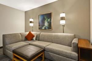 A seating area at Hyatt Place Columbus Worthington