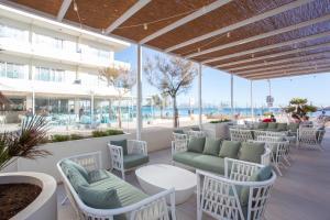 Ein Restaurant oder anderes Speiselokal in der Unterkunft Grupotel Picafort Beach