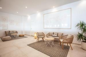 Ein Sitzbereich in der Unterkunft Grupotel Picafort Beach