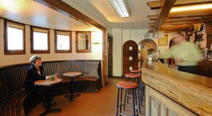 Salon ou bar de l'établissement La Chaumière Savoyarde